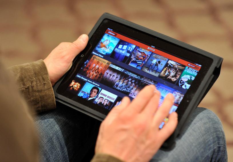 Parlament Europejski zagłosował w czwartek ws. przepisów dotyczących zniesienia geoblokowania. Dzięki nim użytkownicy z UE, którzy zapłacili za dostęp do filmów lub seriali publikowanych w sieci, będą mogli obejrzeć je również podczas podróży za granicę.