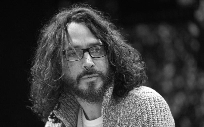 """Chris Cornell, wokalista zespołów Soundgarden i Audioslave, wykonawca utworu """"You Know My Name"""" do filmu o Jamesie Bondzie popełnił samobójstwo - poinformował w czwartek patolog sądowy. Cornell zmarł w środę wieczorem (17 maja). Miał 52 lata."""