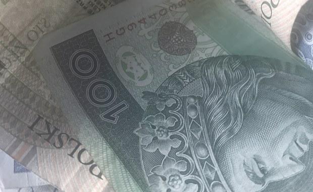 Podwyżka płacy minimalnej będzie w przyszłym roku większa niż zakładano. Najniższe dopuszczalne prawem miesięczne wynagrodzenie ma wzrosnąć od 2018 roku z obecnych 2000 złotych do 2100 złotych. Skierowaliśmy na Komitet Stały Rady Ministrów propozycję w tej sprawie - powiedziała minister rodziny, pracy i polityki społecznej Elżbieta Rafalska.