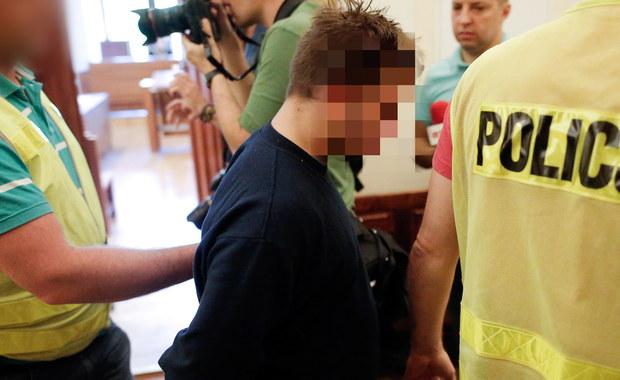 Na trzy miesiące aresztował wrocławski sąd 25-letniego studenta Piotra R., który ugodził nożem sąsiada. Mężczyzna zwrócił mu uwagę, że zakłóca ciszę nocą zbyt głośną zabawą w swoim mieszkaniu. 53-latek zmarł w wyniku odniesionych ran.