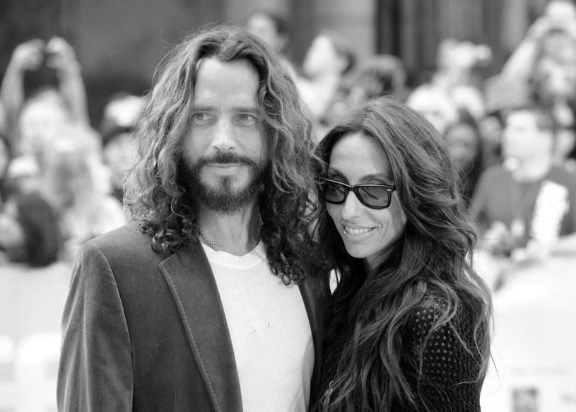 Żona Chrisa Cornella, Vicky Cornell, i prawnik rodziny wydali specjalne oświadczenie, w którym proszą, aby nie wyciągać pochopnych wniosków dotyczących śmierci wokalisty i poczekać na dokładne wyniki sekcji zwłok.
