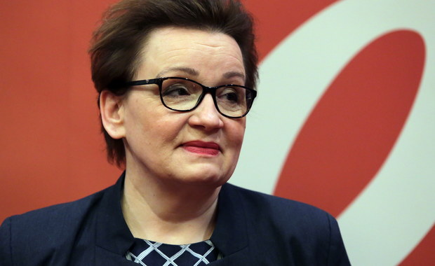 Zakończyliśmy pierwszy i najważniejszy etap wprowadzania zmian w polskiej oświacie - napisała minister edukacji Anna Zalewska w specjalnym liście do rodziców i uczniów. Podstawa programowa dla szkół podstawowych jest gotowa, a podręczniki przygotowywane - podkreśliła.