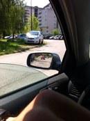 Zaparkuje sobie na trawce