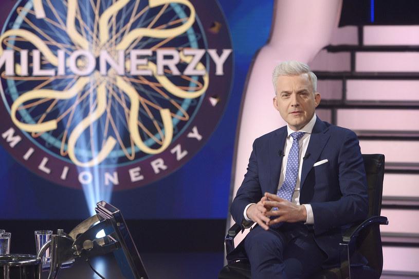 """To już koniec """"Milionerów"""" - ostatni odcinek telewizja TVN wyemitowała 18 maja. Popularny teleturniej wróci do ramówki stacji dopiero jesienią. Hubert Urbański nadal będzie gospodarzem show."""