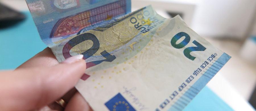 """Komisja Europejska chce do 2025 roku wprowadzić wspólną walutę euro we wszystkich 27 krajach Unii Europejskiej - podał dziennik """"Frankfurter Allgemeine Zeitung"""", powołując się na stanowisko komisarzy Valdisa Dombrovskisa i Pierre'a Moscoviciego."""