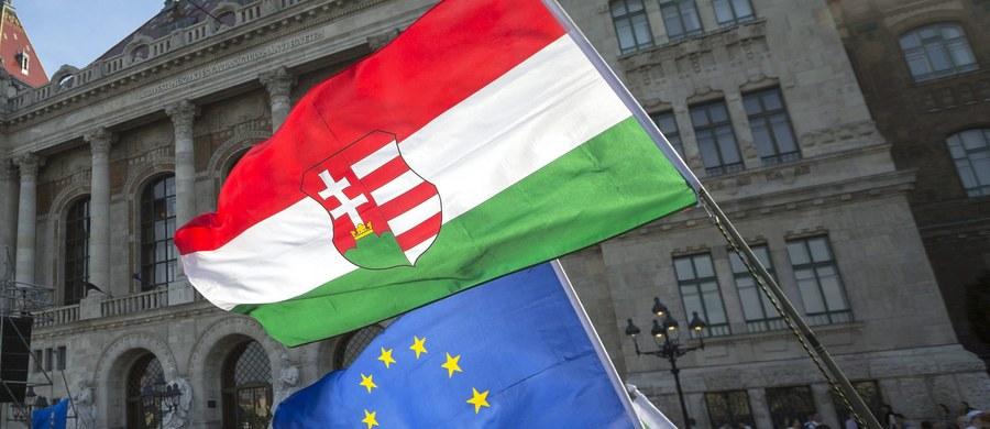 Węgry nie wycofają się ze skrytykowanych przez Parlament Europejski ustaw o osobach ubiegających się o azyl, zagranicznych uczelniach i organizacjach pozarządowych - powiedział w poniedziałek agencji Reutera szef węgierskiej dyplomacji Peter Szijjarto.