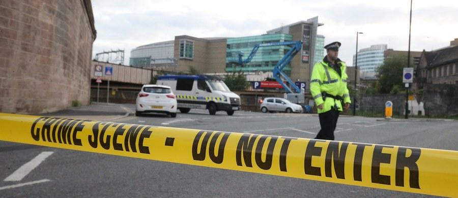 Co najmniej 22 osoby zginęły, wśród nich dzieci, a 59 zostało rannych w zamachu terrorystycznym, do którego doszło w poniedziałkowy wieczór w hali widowiskowej w Manchesterze w północno-zachodniej Anglii, gdzie koncert tego wieczoru dała amerykańska gwiazda pop Ariana Grande. W Manchester Arenie zebrało się ponad 20 tysięcy widzów, wśród nich wiele dzieci i nastolatków. Według informacji przekazanych przez brytyjską policję, napastnikiem był zamachowiec-samobójca. Do przeprowadzenia zamachu przyznało się Państwo Islamskie. Wydarzenia związane z zamachem śledzimy dla Was w relacji na żywo!