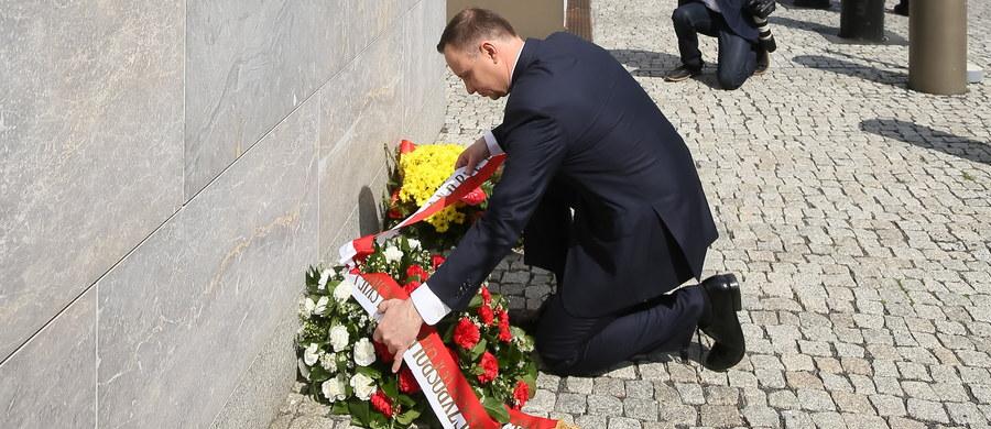 Prezydent Andrzej Duda złożył kwiaty pod ambasadą Wielkiej Brytanii w Warszawie. Prezydent złożył też kondolencje na ręce brytyjskiego ambasadora Jonathana Knotta i wpisał się do księgi kondolencyjnej. Wcześniej zapewnił, że Polacy łączą się w bólu z rodzinami tych, którzy zginęli lub zostali ranni w zamachu w Manchesterze. Wyraził też nadzieję, że ranni wrócą jak najszybciej do zdrowia.
