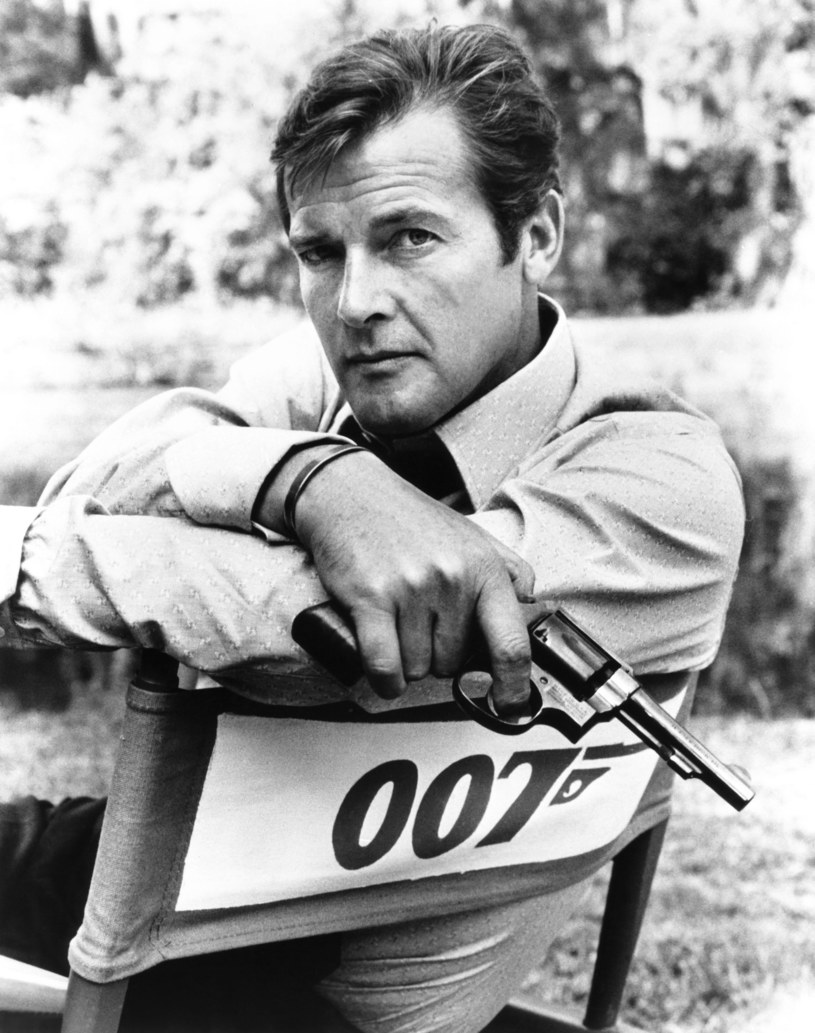 """Brytyjski aktor Roger Moore, wielokrotny odtwórca roli Jamesa Bonda, zmarł w Szwajcarii """"po krótkiej, ale mężnej walce z rakiem"""" - poinformowały dzieci gwiazdora. Miał 89 lat."""
