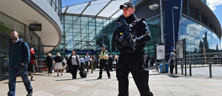"""""""Rano był szok, potem zbulwersowanie, że (do zamachu doszło – Red.) na koncercie dla młodych ludzi, dla nastolatków. Wszyscy są zbulwersowani, zgorszeni - bo jak to - atak na dzieci? Mamy w Anglii doświadczenia z IRA, ale nigdy nie mieliśmy do czynienia z atakiem na dzieci"""" – powiedział w Popołudniowej rozmowie Raf Uzar, Brytyjczyk mieszkający w Polsce, komentując zamach w Manchesterze. """"Brytyjski kontrwywiad nie powinien używać takich słów"""" – ocenił gość Marcina Zaborskiego, odnosząc się do oświadczenia MI5, w którym podano, że pracownicy brytyjskich tajnych służb """"są poruszeni"""". W jego opinii, wczorajszy zamach wpłynie na decyzje wyborcze Brytyjczyków, a Partia Pracy """"już przegrała"""". """"Ludzie poszukują teraz twardych argumentów, co z robić z terroryzmem, z imigracją"""" – stwierdził. """"To jest największy szok, że Manchester – druga (po Londynie) metropolia i dzieciaki, młodzież. Ci terroryści naprawdę wiedzieli co robią, niestety"""" - dodał Uzar."""