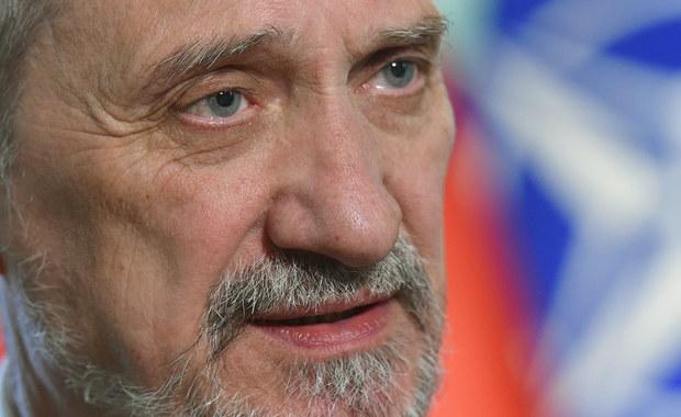 """Nie sądzę, by polemika z """"wydumanymi, nieprawdziwymi tezami miała jakikolwiek sens"""" - tak szef MON Antoni Macierewicz skomentował w rozmowie z PAP wniosek PO o wotum nieufności wobec niego. Polacy są raczej zainteresowani debatą o polskiej armii i o bezpieczeństwie – uważa szef MON."""