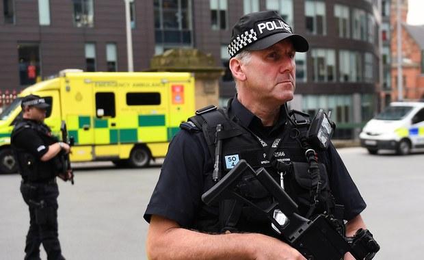 Policja w Manchesterze poinformowała o aresztowaniu trzech mężczyzn na południu miasta w związku z poniedziałkowym zamachem bombowym po koncercie amerykańskiej piosenkarki Ariany Grande, w którym zginęły 22 osoby, a ponad 100 zostało rannych.