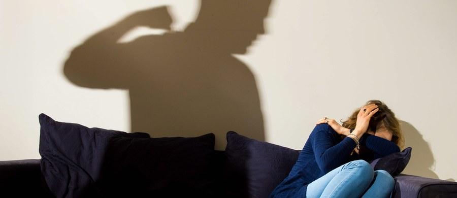 Zarzuty znęcania się fizycznego i psychicznego nad żoną usłyszał był radny PiS z Bydgoszczy Rafał P. - poinformował rzecznik prokuratury okręgowej Warszawa-Praga Łukasz Łapczyński. Rafał P. nie przyznał się do winy i odmówił złożenia wyjaśnień.