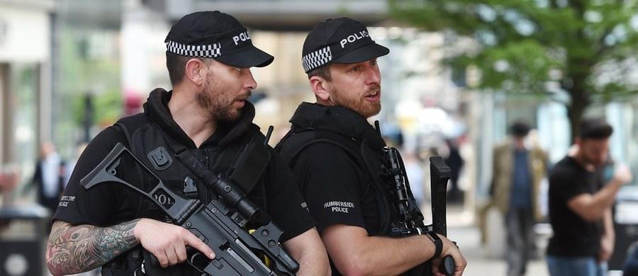 """Brytyjska policja i służby bezpieczeństwa znalazły więcej materiałów wybuchowych, które mogłyby być użyte w kolejnych zamachach - podaje dziennik """"The Independent"""" na swoich stronach internetowych. Aresztowano tez kobietę i mężczyznę, którzy mogli należeć do terrorystycznej siatki."""