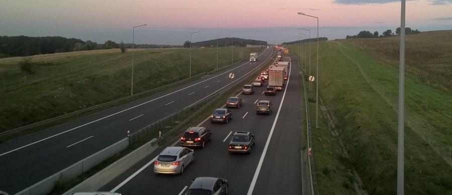 Ponad 20 kilometrów ma korek na autostradzie A4 na nitce w kierunku Wrocławia między Krzywą a Legnicą. Zator powstał w miejscu budowy wiaduktu nad autostradą w ciągu drogi S3.