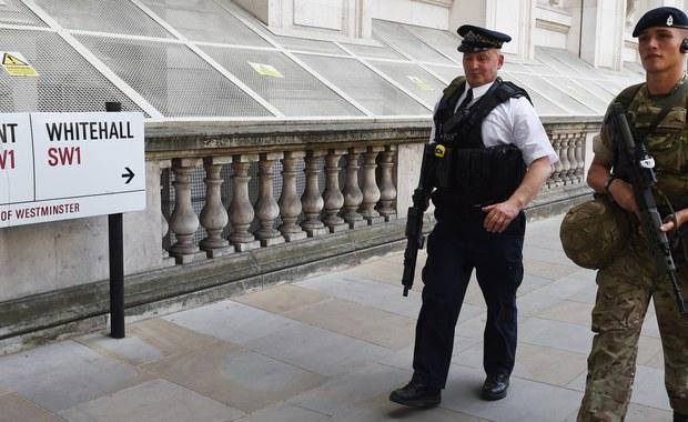 Brytyjska policja poinformowała o zatrzymaniu w ramach śledztwa ws. zamachu bombowego w Manchesterze kolejnych dwóch mężczyzn: jeden został ujęty na przedmieściu Manchesteru, Withington, a drugi w samym mieście. Wcześniej policja przekazała, że bez postawienia zarzutów zwolniono kobietę, zatrzymaną wczoraj na terenie blokowiska w Blackley w północnej części Manchesteru. Wszystko to oznacza, że w brytyjskich aresztach przebywa już osiem osób, które według śledczych mogły mieć związki z barbarzyńskim atakiem.