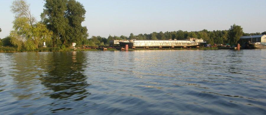 Akcja ratunkowa na jeziorze w miejscowości Żeliszewo koło Choszczna w Zachodniopomorskiem. Przewróciła się tam łódka z dwiema osobami na pokładzie.