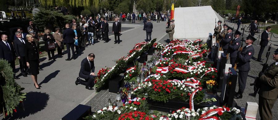 Ekshumowano kolejną, 27. ofiarę katastrofy smoleńskiej, z grobu na warszawskich Powązkach - poinformowała rzeczniczka Prokuratury Krajowej Ewa Bialik. Ze względu na wolę rodziny nie ujawniono, o czyj grób chodzi.