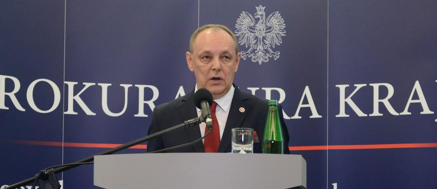 W trumnie prezydenta Lecha Kaczyńskiego znajdywały się fragmenty ciał dwóch innych osób - poinformował zastępca prokuratora generalnego Marek Pasionek. Dodał, że nie dotarły do niego sygnały o tym, by prokuratorzy zachowali się nieprawidłowo czy nieprofesjonalnie.