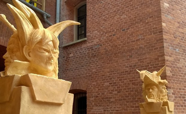 Jeszcze przez 6 dni na krakowskim Kopcu Kościuszki można oglądać pracę magisterską studenta krakowskiej Akademii Sztuk Pięknych Tomasza Florka. Obrona pracy odbyła się właśnie na Kopcu. Florek poświęcił ją dawnym i współczesnym mitom oraz wzorcom bohaterów.