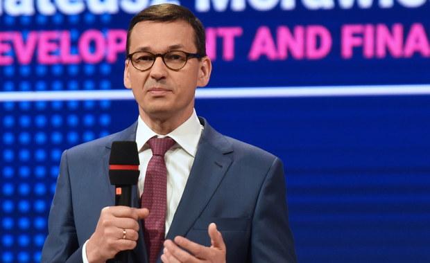 Dziś, gdy swoboda świadczenia usług zaczyna działać w UE na rzecz krajów Europy Środkowo-Wschodniej, Francuzi i Niemcy chcą ją zatrzymać lub ograniczyć. To nie do końca fair - mówił w Brukseli wicepremier, minister rozwoju i finansów Mateusz Morawiecki.