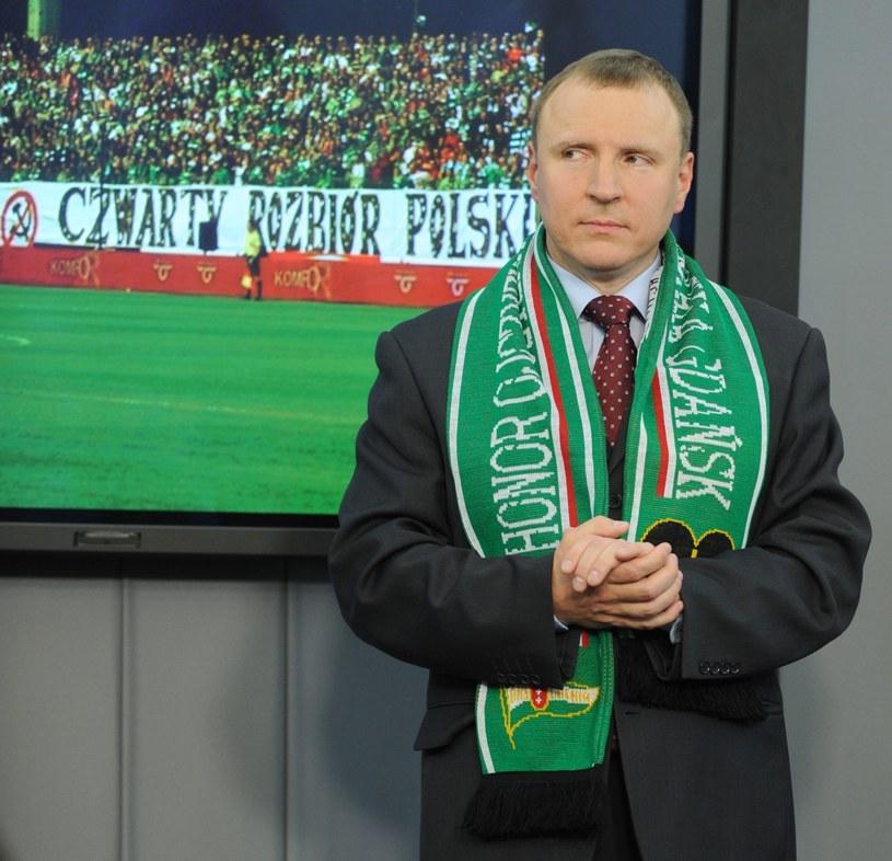 Prezes TVP Jacek Kurski zaprzeczył, jakoby podczas niedzielnego meczu pomiędzy Legią Warszawa a Lechią Gdańsk został obrzucony przedmiotami przez kibiców warszawskiego klubu.