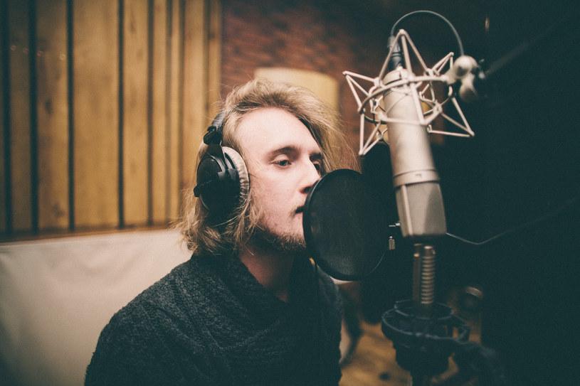 """Po sukcesie projektu """"Albo Inaczej"""" wytwórnia Alkopoligamia postanowiła stworzyć jego kontynuację. Zaproszenie przyjął m.in. Fismoll, który zaśpiewał utwór """"Sznurowadła"""" Fisza."""