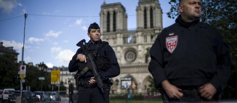 """Mężczyzna, który zaatakował młotkiem policjanta przed katedrą Notre Dame w Paryżu mieszkał kiedyś i pracował w Szwecji. """"Studiował i pracował jako dziennikarz w Szwecji"""" – potwierdził gazecie """"Aftonbladet"""" jego były wykładowca Arnaud Mercier."""