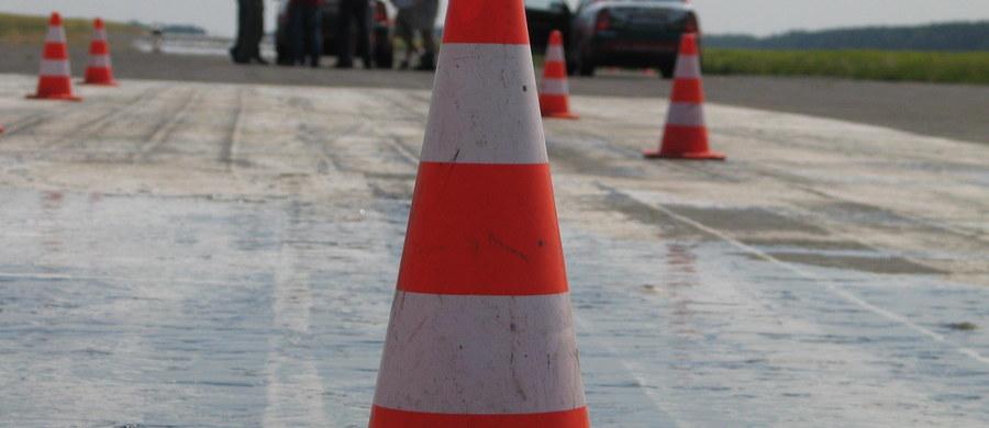 Pięć osób – dzieci i nastolatków – zostało poszkodowanych w wypadku, do którego doszło w poniedziałek na rogatkach Słubic (Lubuskie). W rejonie przejazdu kolejowego na ul. Transportowej autobus szkolny najechał na tira. Policja wprowadziła ruch wahadłowy.