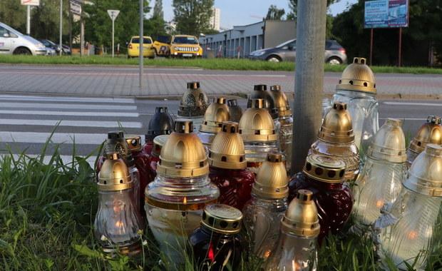 Wypuszczono trzy osoby, które dziś policja zatrzymała w związku z atakiem nożownika w krakowskich Czyżynach. Podejrzewano, że mogły one brać udział w morderstwie, bo na ich ubraniach miały znajdować się ślady krwi. Przypuszczenia prokuratury jednak się nie potwierdziły. Wszystkie trzy osoby mają w tej sprawie status świadka.