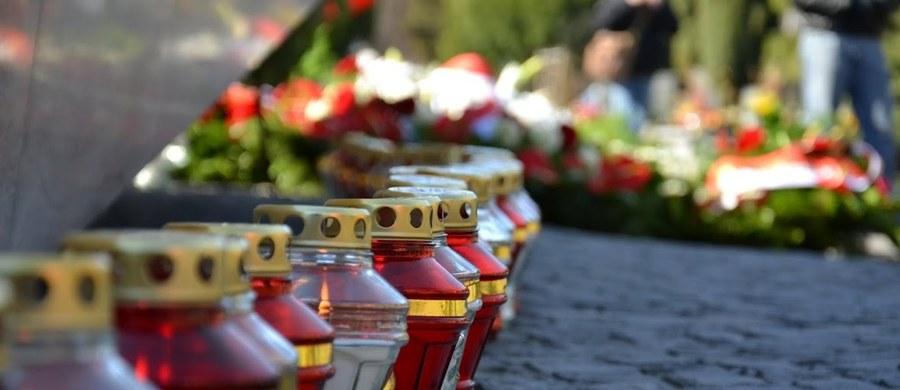 Prokuratura Rejonowa w Kaliszu oskarżyła 44-letniego mieszkańca powiatu kaliskiego o usiłowanie zgwałcenia na cmentarzu 68-latki. Kobieta uniknęła gwałtu dzięki podstępowi - zaproponowała napastnikowi pójście do jej domu. Oskarżonemu grozi do 12 lat więzienia.