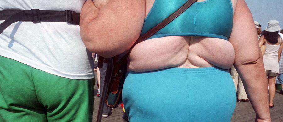"""Masz kłopoty z nadwagą? Podejrzewasz, że możesz być nawet otyły? Nie jesteś sam. Najnowsze wyniki badań wskazują, że osób, które ważą więcej, niż powinny, jest na świecie ponad 2 miliardy 200 milionów. Jak pisze na łamach czasopisma """"The New England Journal of Medicine"""" międzynarodowy zespół naukowców, blisko jedna trzecia ludzkości waży za dużo, a co najmniej 4 miliony rocznie umierają z powodu chorób, które bezpośrednio z nadwagą się wiążą."""