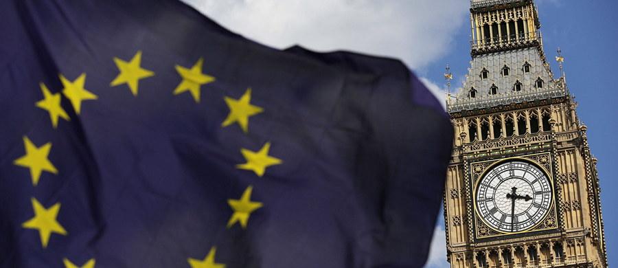 Status obywateli Unii Europejskiej mieszkających w Wielkiej Brytanii na pierwszym miejscu listy negocjacyjnej brytyjskiego rządu - to zapewnienia Davida Davisa, ministra odpowiedzialnego za Brexit. Złożył je dziś w wywiadzie dla BBC. Po czwartkowych wyborach, w których rządzący konserwatyści utracili większość w Izbie Gmin, pojawia się na Wyspach coraz więcej głosów wzywających do złagodzenia warunków wyjścia z Unii.