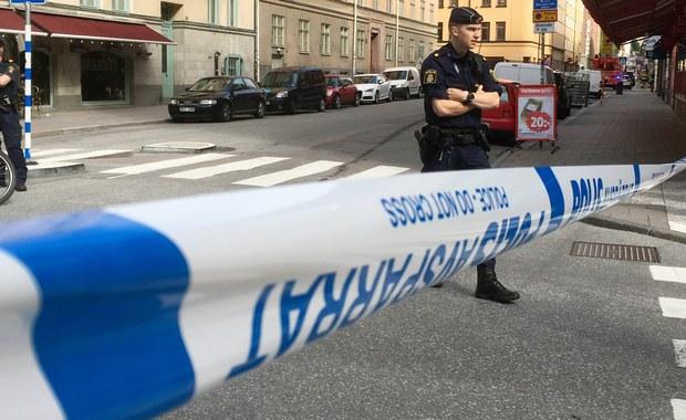 """W Sztokholmie ciężarówka umyślnie staranowała taksówkę, a sprawca uciekł z miejsca zdarzenia. Szwedzka policja traktuje incydent jako """"usiłowanie zabójstwa"""". Rany odniosła jedna osoba, prawdopodobnie taksówkarz."""