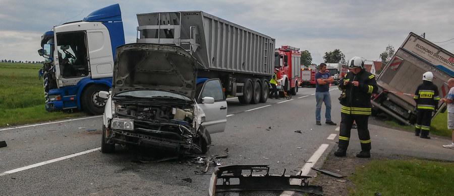 Zderzenie busa, ciężarówki i samochodu osobowego na drodze krajowej nr 94 między Łosiowem i Leśniczówką na Opolszczyźnie. Jedna osoba jest ranna.