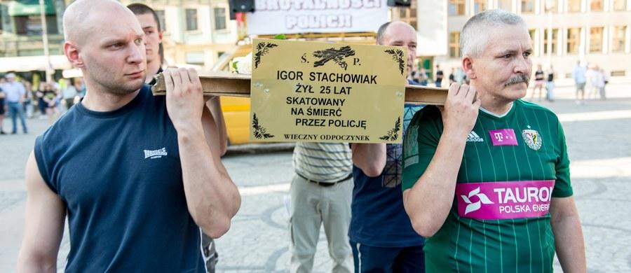 Funkcjonariusz, który użył paralizatora wobec Igora Stachowiaka na komisariacie we Wrocławiu, nie pracuje już w policji. Jak ustalili dziennikarze RMF FM, dziś udało się skutecznie dostarczyć mu zwolnienie ze służby.
