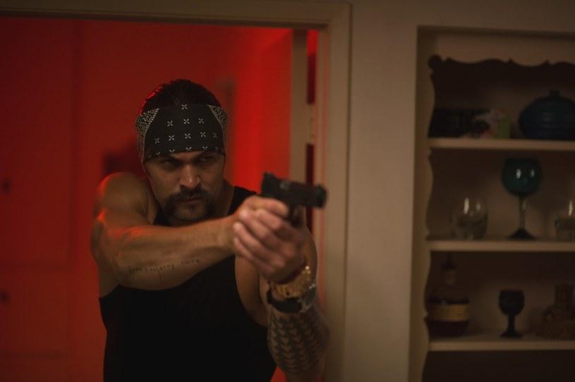 """Pod koniec roku aktor, model i surfer Jason Momoa zasili szeregi """"Ligi Sprawiedliwości"""". Zanim jednak wskoczy w kąpielówki Aquamana, 23 czerwca czeka go występ w filmie """"Jak dogryźć mafii"""". W wybuchowej komedii sensacyjnej, jako gangster Spider, dopuści się wyjątkowo perfidnego czynu. Ukradnie psa Bruce'a Willisa! A to dopiero początek kłopotów."""