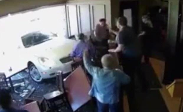 85-latka wjechała samochodem do jednej z restauracji w miejscowości Virgil w kanadyjskiej prowincji Onatrio. Samochód roztrzaskał witrynę i uderzył w stolik, przy którym siedzieli klienci.