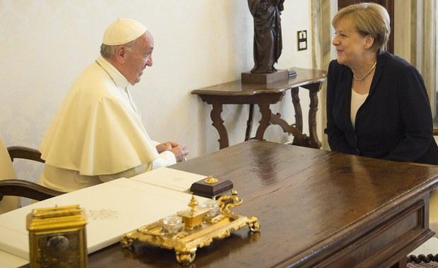 Papież Franciszek przyjął na prywatnej audiencji w Watykanie kanclerz Niemiec Angelę Merkel. Wśród tematów rozmów komentatorzy wymieniają m.in. kryzys migracyjny i przyszłość Europy.