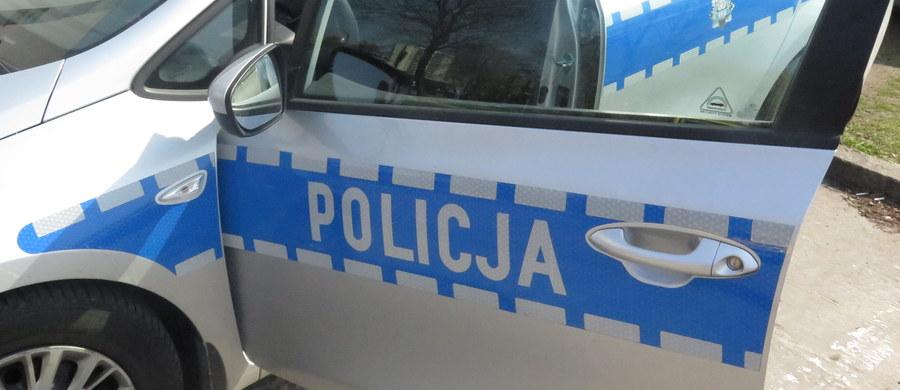 W Górze Puławskiej na Lubelszczyźnie doszło do ataku na policjanta. Tuż po północy na stacji paliw dwaj mężczyźni zaatakowali funkcjonariusza, który był po służbie. Został mocno pobity. Jak się dowiadujemy, napastnicy prawdopodobnie wiedzieli, kim jest ich ofiara. Uciekli, ale dziś zostali już obaj zatrzymani.