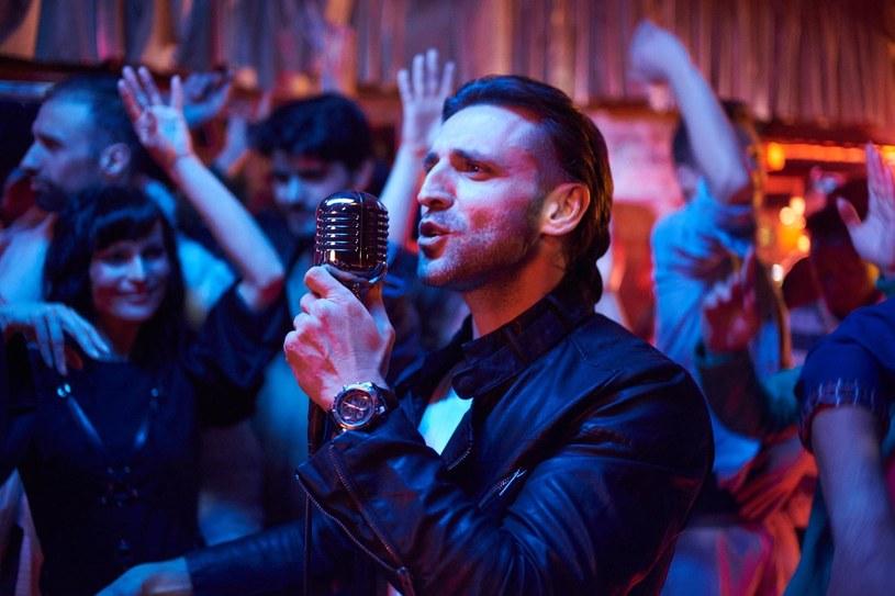 """Poniżej możecie zobaczyć letnio-wakacyjny teledysk """"Nie przestawaj"""" Wojciecha Ezzata, finalisty trzeciej edycji """"X Factor""""."""