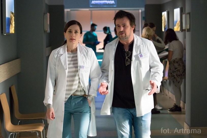 """Zdjęcia rentgenowskie wieszane do góry nogami, wybuchy śmiechu przy stawianiu diagnozy i przyjaźnie, które przetrwały do dziś. - Nikt nie przypuszczał, że serial """"Na dobre i na złe"""" będzie takim hitem - mówią aktorzy."""