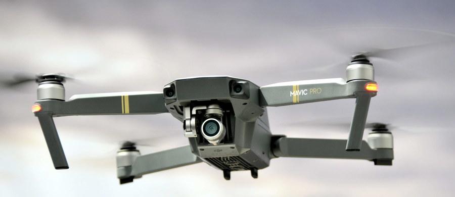 Właściciel drona, który w piątek latał obok kieleckiego stadionu przed meczem Anglia-Szwecja, stanie przed sądem. 39-letniemu mieszkańcowi gminy Masłów grozi kara grzywny i ograniczenie lub pozbawienie wolności do 12 miesięcy.