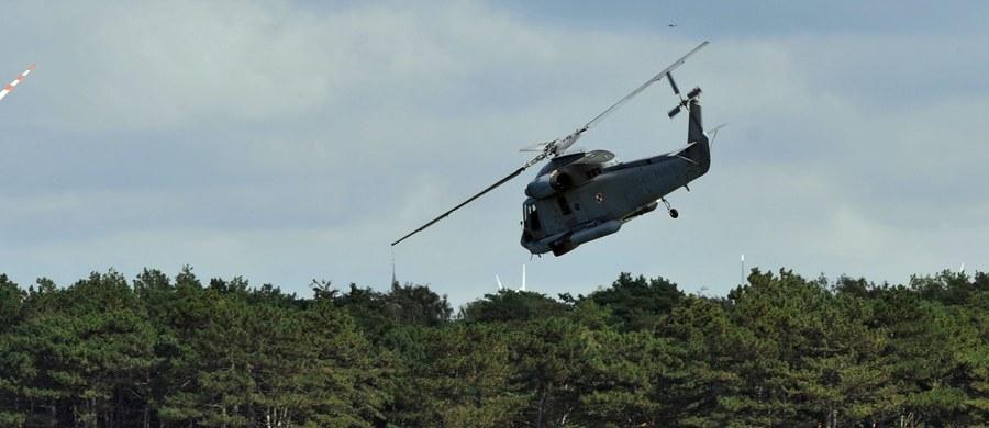 """Przed wakacjami nie uda się uruchomić drugiego punktu bazowania śmigłowców Marynarki Wojennej, które ratują ludzi na morzu. To kolejny sezon, gdy na całym Wybrzeżu bezpieczeństwa strzec będą jedynie śmigłowce stacjonujące w Darłowie. Trwają prace nad """"alternatywnymi rozwiązaniami""""."""