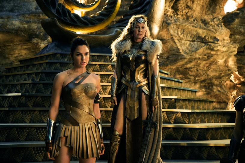 """Za występ w filmie """"Wonder Woman"""" odtwórczyni tytułowej roli - Gal Gadot - zainkasowała czek na zaledwie 300 tysięcy dolarów."""