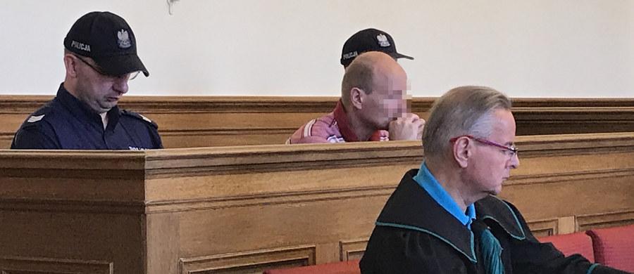 """Na 25 lat więzienia skazany został Mariusz S. - okrzyknięty """"polskim Fritzlem"""", oskarżony m.in. o wielokrotne gwałty i znęcanie się nad żoną i dwiema córeczkami. Koszmar kobiety i dziewczynek trwał kilka lat."""