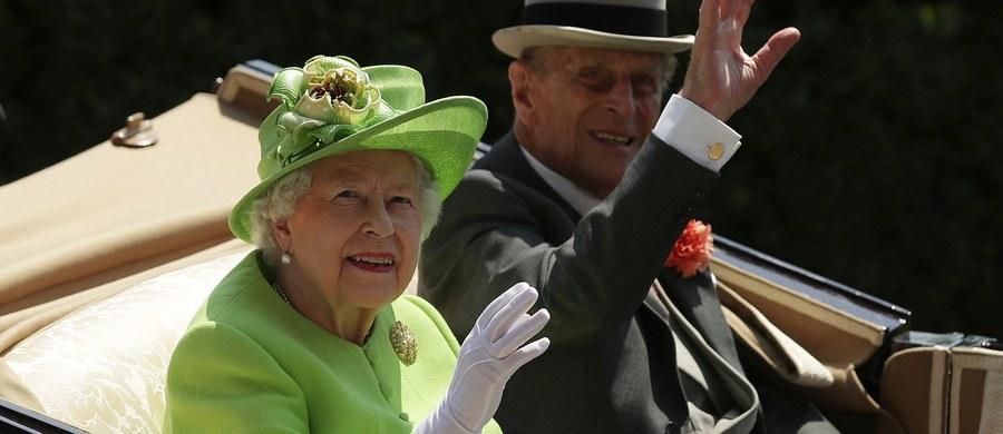 """Pałac Buckingham poinformował, że mąż brytyjskiej królowej Elżbiety II, 96-letni książę Filip, został przyjęty w nocy do szpitala w Londynie w ramach """"środków ostrożności"""" związanych z infekcją wynikającą z przewlekłej choroby."""