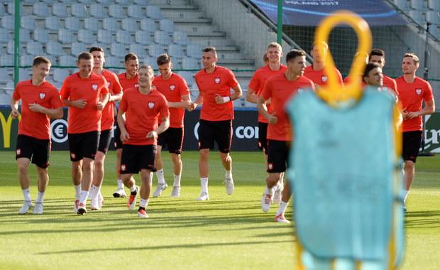 """""""Musimy wznieść się na wyżyny naszych możliwości"""" – powiedział przed czwartkowym spotkaniem z Anglią w mistrzostwach Europy do lat 21 trener polskich piłkarzy Marcin Dorna. Biało-czerwoni znajdują się w trudnej sytuacji. Muszą nie tylko wygrać ostatnie grupowe spotkanie, najlepiej różnicą co najmniej dwóch goli (albo np. 3:2, 4:3), ale również liczyć, że w meczu Słowacja – Szwecja padnie remis."""