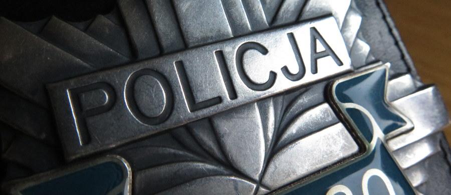 Czterej policjanci z Wrocławia, którzy brali udział w zatrzymaniu Igora Stachowiaka zostali dziś zwolnieni z pracy. To efekt postępowania dyscyplinarnego, które wszczął pod koniec maja nowy szef dolnośląskiej policji. Wcześniej ze służby został już wydalony jeden funkcjonariusz. Kolejny sam zrezygnował z pracy.