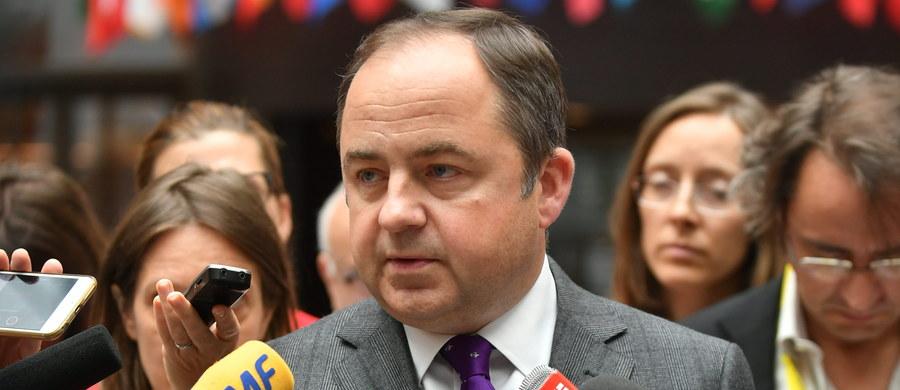"""Liczymy, że dialog polityczny między Francją a Europą Środkową będzie się odbywał w sposób bardziej uporządkowany, bez stereotypów - mówił wiceszef MSZ Konrad Szymański po spotkaniu szefów rządów V4 z prezydentem Francji Emmanuelem Macronem. Podkreślił, że spotkanie premierów państw Grupy Wyszehradzkiej z francuskim prezydentem, które odbyło się przed piątkową sesją szczytu UE w Brukseli, zostało zorganizowane z inicjatywy premier Beaty Szydło i trwało znacznie dłużej, niż było to przewidziane. Jak zaznaczył, Polska liczy na to, że prezydent Macron """"zauważy niestosowność niektórych sformułowań, które padły ostatnio""""."""